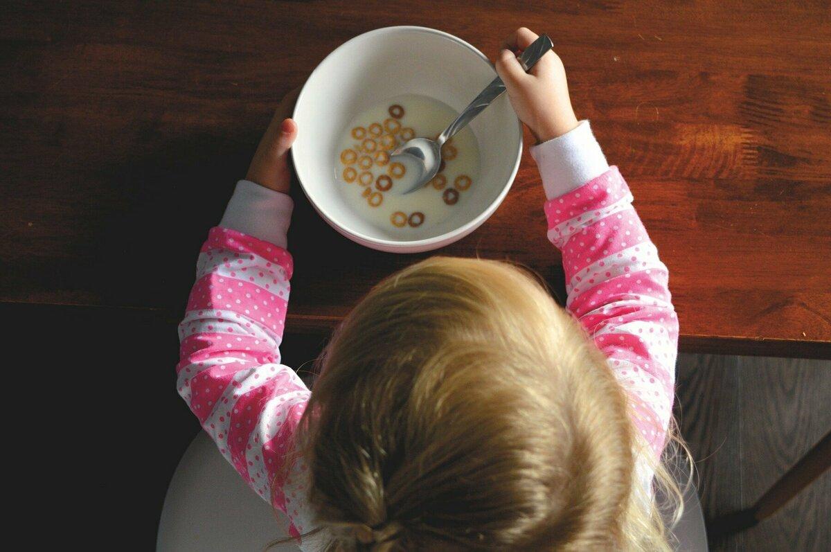 シリアルを食べる子供